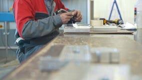 供以人员与制造的工业CNC机械金属对象一起使用 股票视频