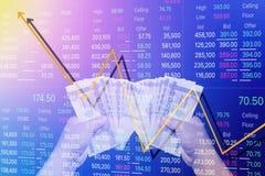 供以人员与股票进展图表的举行金钱  库存照片