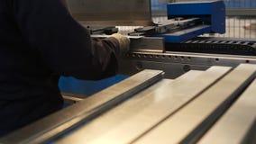 供以人员与金属板和特别机床一起使用弯曲的 场面 现代机器可能准确地执行任务 股票录像