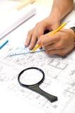 供以人员与铅笔和在图纸的一张方形图画一起使用 免版税库存照片