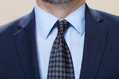 供以人员与领带的佩带的衣服在关闭 免版税库存照片