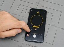 供以人员举行新的iphone苹果计算机x 10与stege光单音照相机a 免版税库存图片