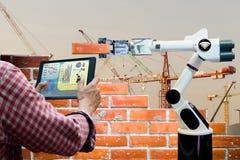 供以人员举行片剂遥控聪明的机器人产业4 0胳膊砖瓦房建筑 免版税库存图片