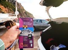 供以人员举行pov帕尔马圣玛丽亚的旅游指南  库存图片