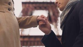供以人员交代他的感觉和亲吻手给他的站立在膝盖的女朋友 影视素材