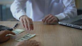 供以人员交换俄罗斯卢布美元的,货币交易,更换者服务 影视素材