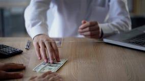 供以人员交换日元美元的,货币交易,更换者服务 库存照片