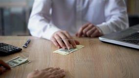 供以人员交换美元俄罗斯卢布的,货币交易,更换者服务 图库摄影