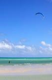 供以人员介入kiteboarding 免版税库存照片