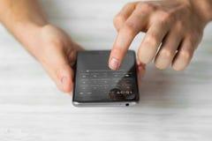 供以人员使用使用黑智能手机触摸屏巧妙的电话手紧密,葡萄酒上色 免版税图库摄影