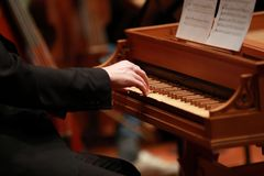 供以人员使用在一架老钢琴的手在古典音乐会 库存照片