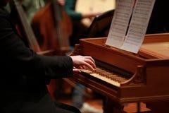 供以人员使用在一架老钢琴的手在古典音乐会 免版税图库摄影