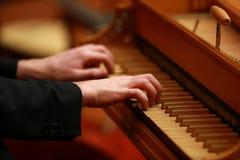 供以人员使用在一架老钢琴的手在古典音乐会 库存图片