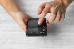 供以人员使用黑智能手机触摸屏巧妙的电话手紧密,葡萄酒上色 图库摄影