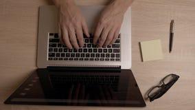 供以人员便携式计算机顶视图的手冲浪的互联网 眉头互联网新闻 玻璃写作和在书桌桌上的备忘录贴纸 影视素材