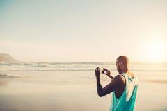 供以人员做流动摄影在海岸 图库摄影