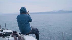 供以人员做照片风景在海远航期间在帆船观看 股票录像