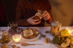 供以人员准备吃一个三明治用自创果酱用柑橘a 免版税库存照片