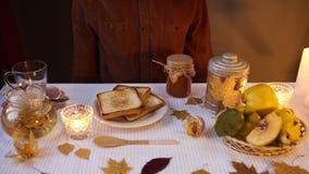供以人员准备吃一个三明治用自创果酱用柑橘a 库存照片