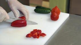 供以人员切在切板的` s手甜红色甜椒 与软的焦点的美丽的射击 健康概念的食物 股票视频