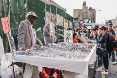 供以人员卖玻璃在一个街市上在Shoreditch,东伦敦 免版税库存图片
