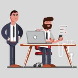 供以人员发短信在工作,当站立他的上司后边 免版税库存照片