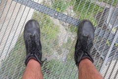 供以人员在一双高平台佩带的迁徙的鞋子的身分 免版税库存照片