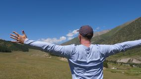 供以人员在山伸出的胳膊的身分在青山和高地风景 影视素材