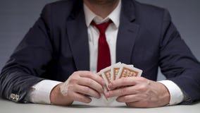 供以人员在手中拿着纸牌和显示卡片一点 赌博的打牌 股票视频