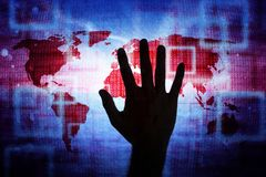 供以人员在抽象世界地图网络背景的手 库存图片
