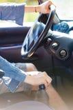 供以人员在方向盘的手,驾驶汽车 库存照片