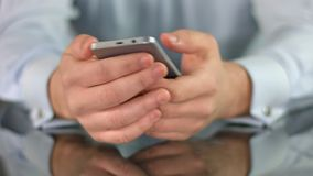 供以人员在智能手机,移动屏幕特写镜头的手的观看的影片 股票录像