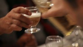 供以人员在杯的倾吐的酒精客人在党、好客和友谊 股票录像