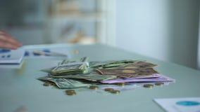 供以人员在桌,安全银行存款,财务活动控制上的保护的金钱 股票录像