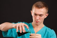 供以人员在烧瓶的科学家倾吐的液体入在黑背景的一个试管特写镜头 库存图片