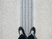供以人员在盲目的路失去能力的障碍走道的身分 免版税库存图片