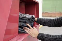 供以人员在衣物容器的放置的使用的衣裳 库存照片