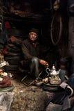供以人员在贫民窟车间午餐的havinf茶 图库摄影