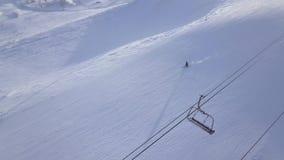 供以人员在雪山的滑雪在冬天滑雪胜地鸟瞰图 滑雪在雪的假日和冬季体育在豪华倾斜 股票录像