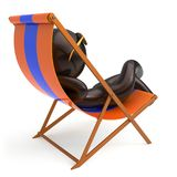 供以人员坐的海滩轻便折叠躺椅使变冷的风格化太阳镜人 向量例证
