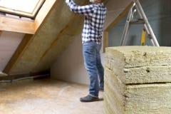供以人员安装热量屋顶绝缘材料层数-使用矿物求爱 库存图片