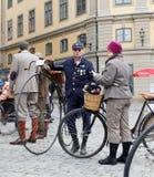 供以人员带领一辆非常老自行车和佩带古板的花呢 库存照片