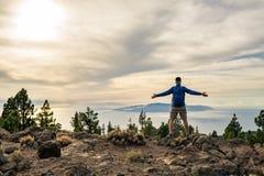 供以人员庆祝看在山的日落看法 免版税库存照片