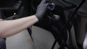 供以人员应用ceraminc涂层保护层数在一辆汽车的有特定工具的 股票视频