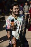 供以人员弹奏古老管乐器,市加德满都,尼泊尔, 2017年12月,社论 图库摄影