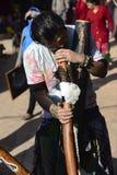 供以人员弹奏古老管乐器,市加德满都,尼泊尔, 2017年12月 免版税库存图片