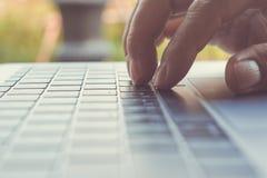 供以人员手使用在计算机膝上型计算机在咖啡店,技术b 库存照片