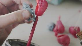 供以人员手创造头骨圆环蜡模子首饰的生产的 工作的冶金匠 为蜡状的融解的焊接的工具 股票视频