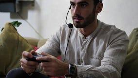 供以人员打电子游戏和谈话与网上球员 股票视频