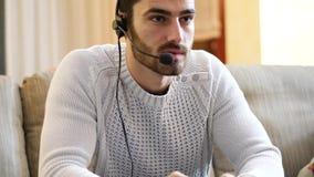 供以人员打电子游戏和谈话与网上球员 影视素材